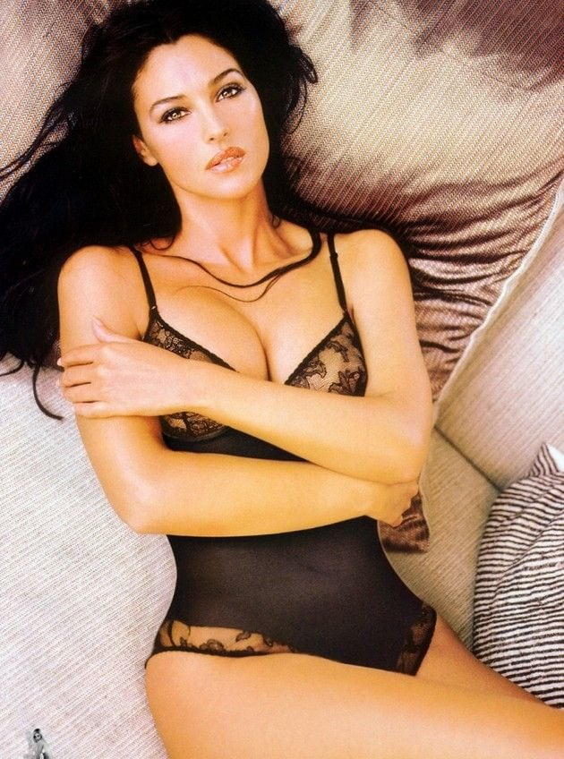 Monica-Bellucci-sexy-swimsuit
