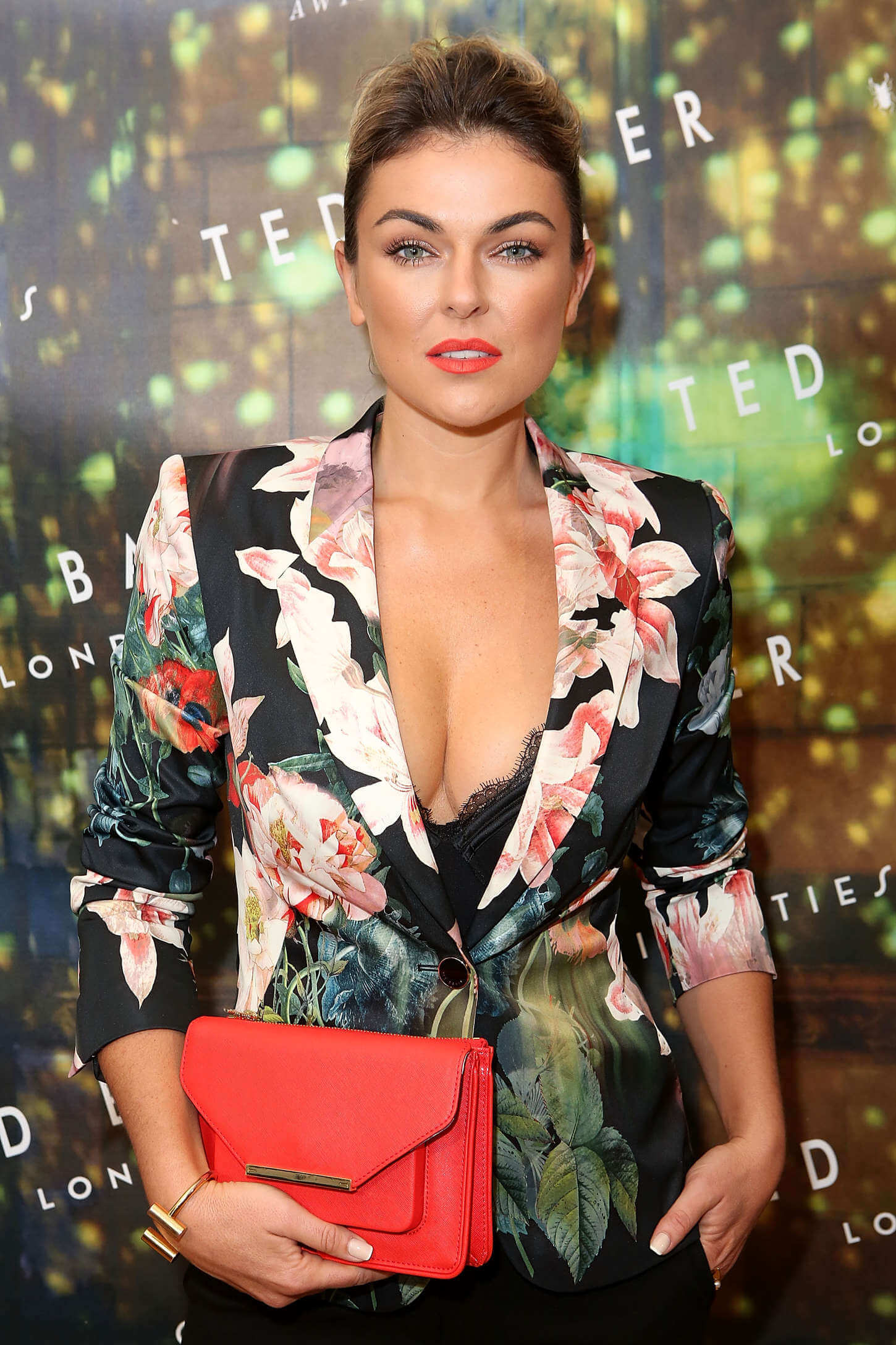 Serinda-Swan-sexy-cleavages-picture
